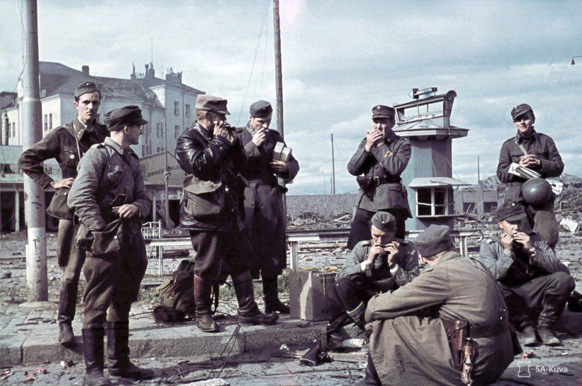 Linnan komppanian miehet takaisin vallatussa Viipurissa. Kalevi Saejoki istumassa keskellä.