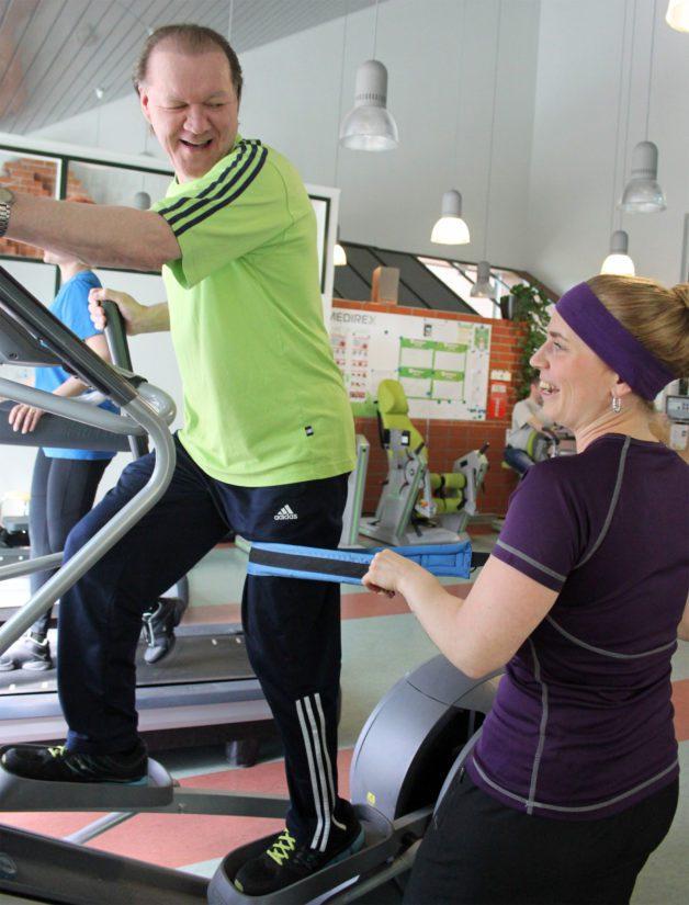 Fysioterapeutti Minttu Määttälä on laatinut Tapsalle tehokkaan kunto-ohjelman, jonka ansiosta Tapsa voi viettää kohtalaisen normaalia elämää.