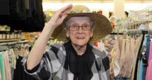 Retromuotia ja tuulipukuja – Taimi Perkiömäeltä, 93, löytyy asusteita kuudelta vuosikymmeneltä