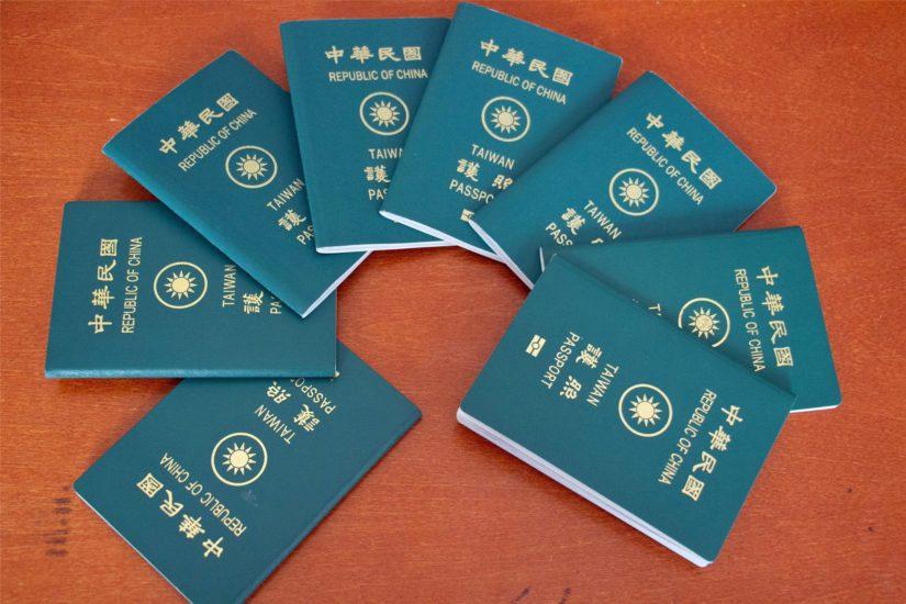 Esitutkinnan aikana takavarikoituja väärennettyjä passeja.