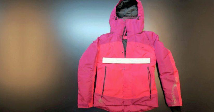 Loukkaantuneen naisen vaaleanpunainen takki löytyi rannasta polun varrelta.