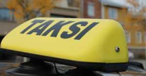 Ryöstäjä otti taksissa aseen esille – pakotti kuljettajan myös nostamaan rahaa pankkiautomaatilta