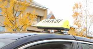Viranomaisten taksiratsian tulos – luvattomia kuskeja, kahdesta autosta lähti rekisterikilvet