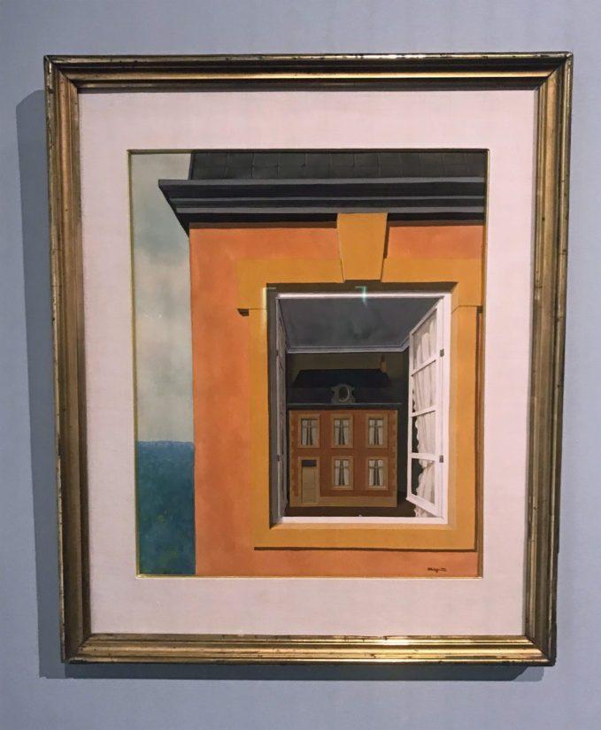 Dialektiikan ylistys (1936), talo näkyy ikkunan lävitse kuin katua tarkkaileva katsoja.