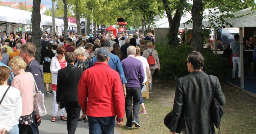 Seinäjoen Tangomarkkinoiden 35-vuotisjuhlavuosi keräsi paikalle 111 000 tangovierasta. Määrä oli hieman enemmän kuin edellisenä kesänä.