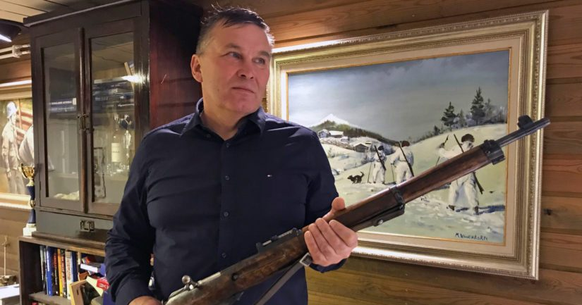 Kustantaja Tapio Anttila on kerännyt harrastuksekseen erilaista sotahistoriaan liittyvää esineistöä.