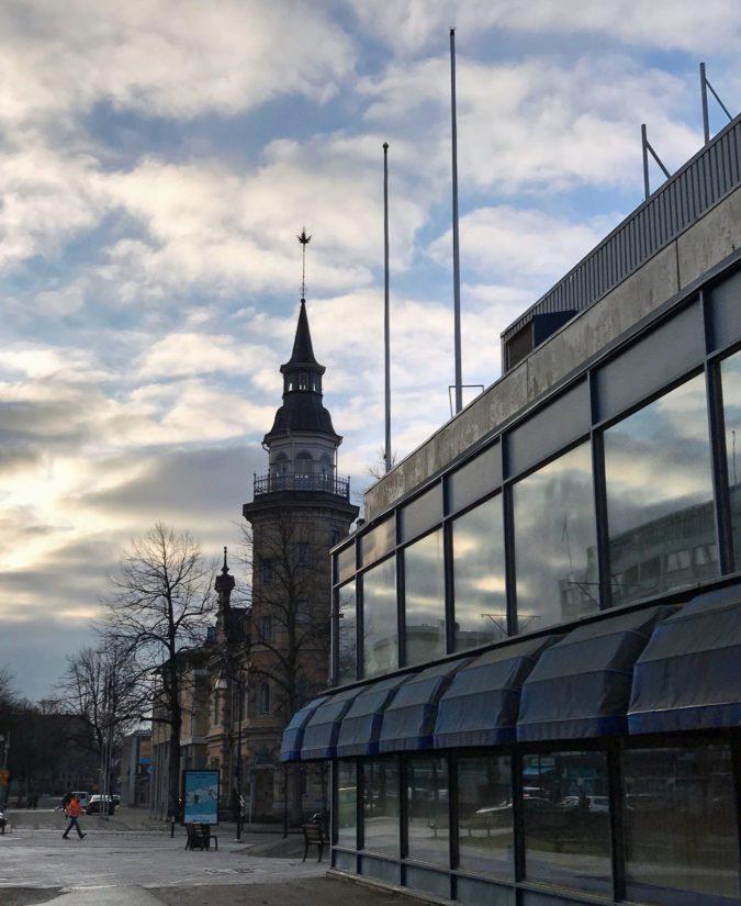Kokoluokasta saa kuvan, kun tietää uuden kauppakeskuksen katonrajan ylettyvän vanhan rakennuksen lipputankojen nuppiin asti.