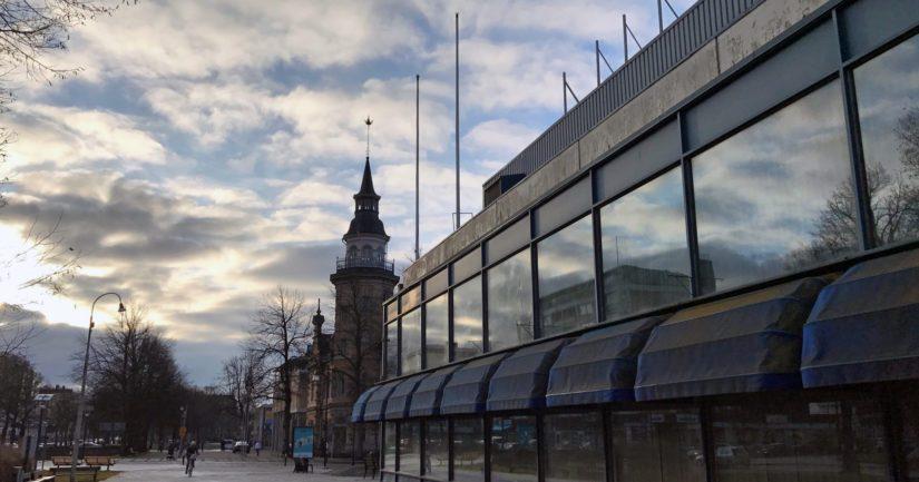Tarvontorin ostoskeskuksen tieltä purettiin aikoinmaan Wivi Lönnin suunnittelema lyseorakennus. Nyt Tarvontorin saa purkaa, mutta uuden kauppakeskuksen kokoluokka on herättänyt kritiikkiä.