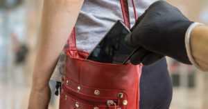 Taskuvarkaat tulivat taas – sivulliset seurasivat laukkuja kopeloivia varaskolmikkoja