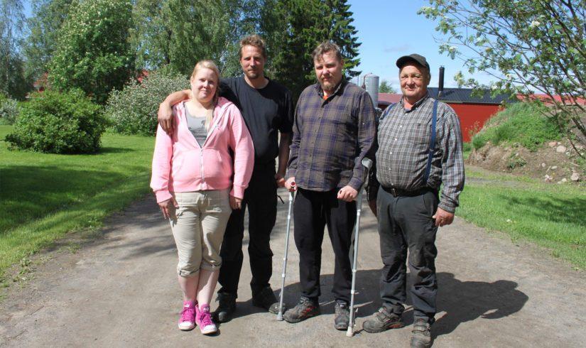 Vaikka Tauriaisilla tehdään tiivistä yhteistyötä myös naapuritilojen kanssa, niin omat työt tilalla hoituvat perheen tehotiimin voimin. Vasemmalta Katja, Markus, Antti ja Veijo-setä, kuvasta puuttuu Pekka-isäntä.