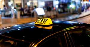 Taksinkuljettajat tappelivat asiakkaasta – toinen löi vatsaan, toinen törmäsi tahallaan autollaan
