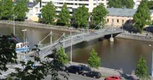 Poliisi pyysi poistamaan sateenkaarisuojatien – nyt Turku maalaa sateenkaaren värit Teatterisillalle