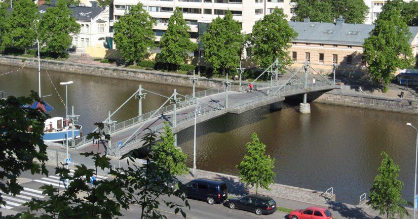 Teatterisilta ylittää Aurajoen Turun kaupunginteatterin kohdalta.