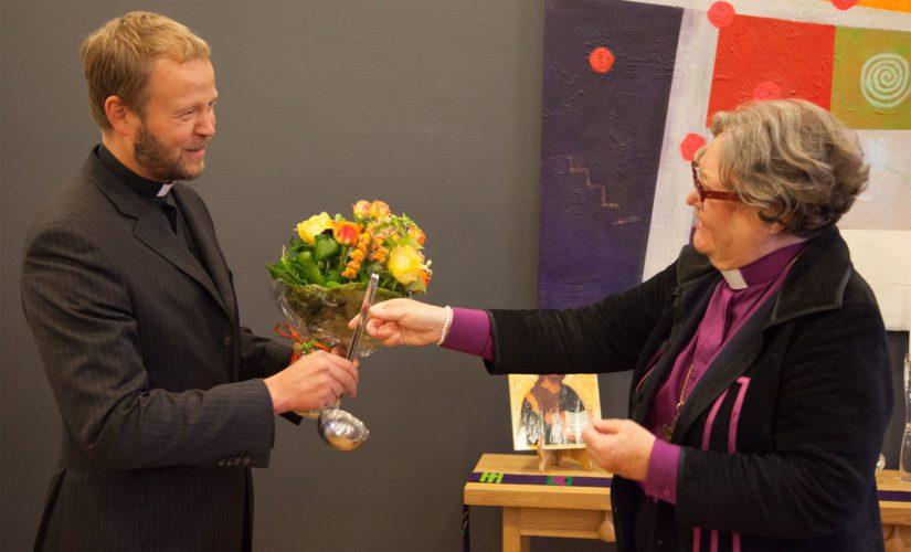 Piispa Irja Askola antoi onnittelukukat seuraajalleen Teemu Laajasalolle.