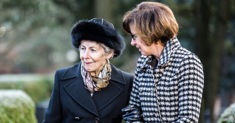 Rouva Tellervo Koivisto presidentti Mauno Koiviston hautamuistomerkin paljastustilaisuudessa tyttärensä Assin seurassa.
