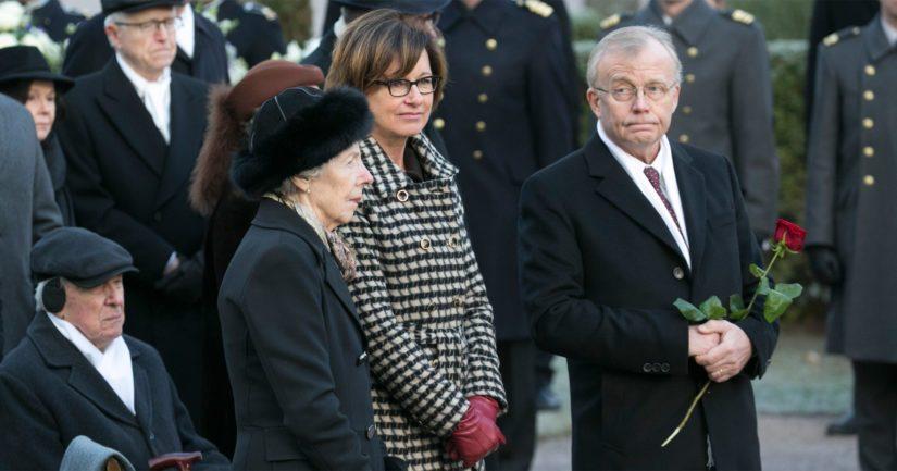 Presidentti Koiviston hautamuistomerkki paljastettiin – Tellervo Koivisto laski haudalle yhden punaisen ruusun