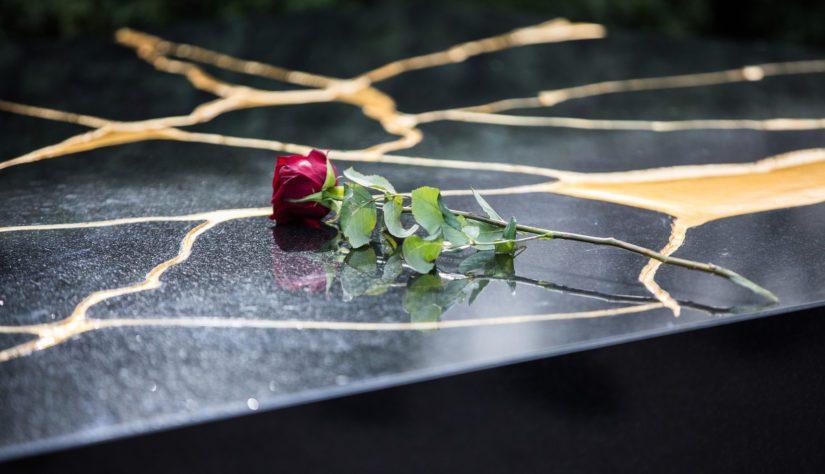 Tellervo Koivisto laski yhden punaisen ruusun hautamuistomerkille.