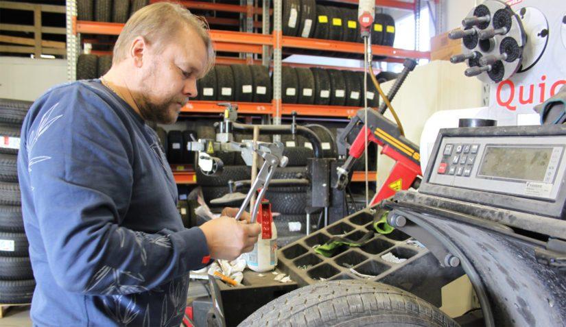 Traktorimarkkinoiden romahtaessa Terho kevensi myyntisalkkuaan ja keskittyi konekaupan lisäksi myös rengaskauppaan.