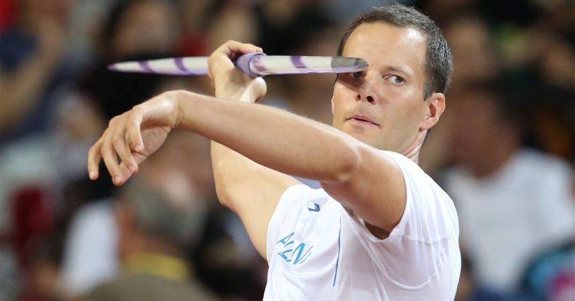 Tero Pitkämäki sinetöi loppukilpailupaikkansa Lontoon MM-kisoissa heti ensimmäisellä karsintaheitollaan.