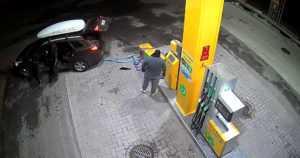 Bensa-aseman korttiautomaattiin kohdistui röyhkeä varkaus – tekijät tallentuivat valvontakameraan
