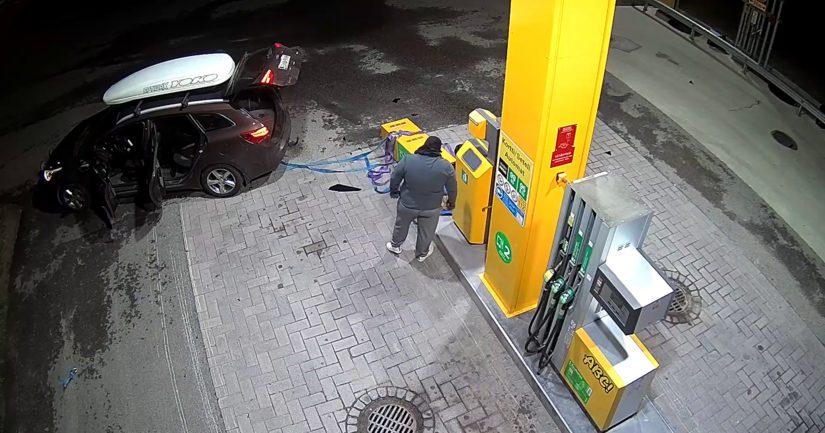 Valvontakameran kuvassa bensa-aseman korttiautomaatin ryöstö Tervakoskella.