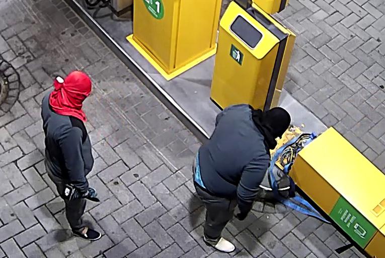 Korttiautomaatin ryöstössä mukana olleet kaksi henkilöä.