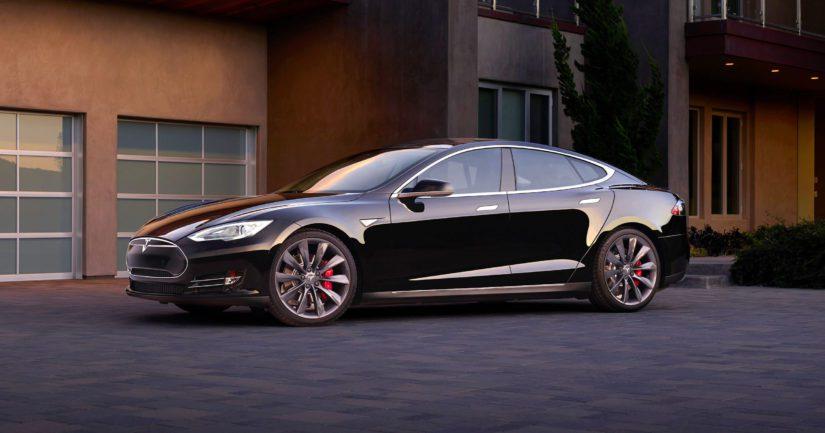 Yhä useamman suomalaisenkin pihapiirissä on sähköauto kuten Tesla.