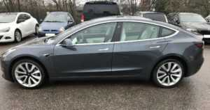 Rikos ei lopulta kannata – poliisi myy lähes upouutta valtiolle tuomittua Teslaa nettihuutokaupassa