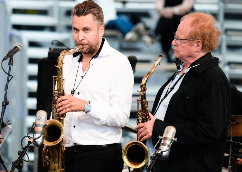 Uuden polven fonisti Timo Lassy ja palkittu Eero Koivistoinen Flow-festivaalin lavalla vuonna 2017.