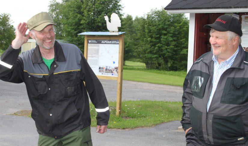 Kyläaktiivit Timo Rankinen ja Esko Kotila sanovat alpualaisten tekevän paljon työtä sen eteen, että kylä säilyy elinvoimaisena.