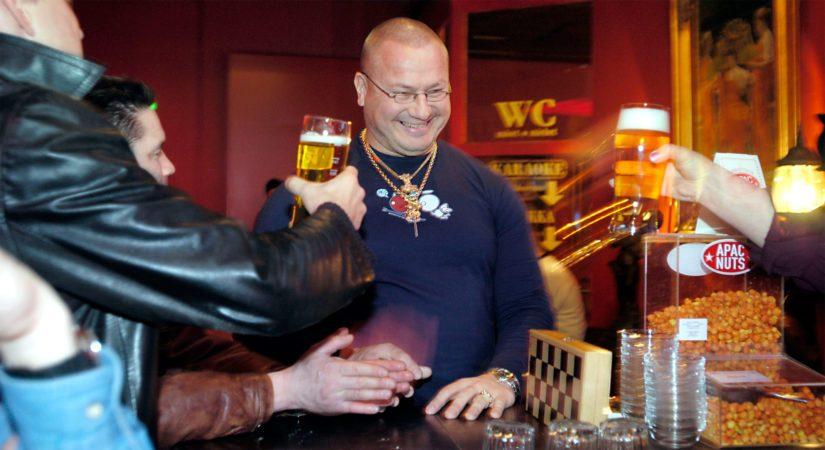 Voittajalle ja kansanedustajalle riittää baarissa tarjoajia.