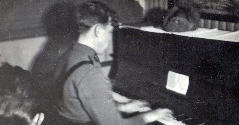 Ennen mainosalaa Laaksonen työskenteli ravintolamuusikkona lähes kymmenen vuoden ajan ja soitti säännöllisesti muun muassa legendaarisen helsinkiläishotelli Palacen baarissa.