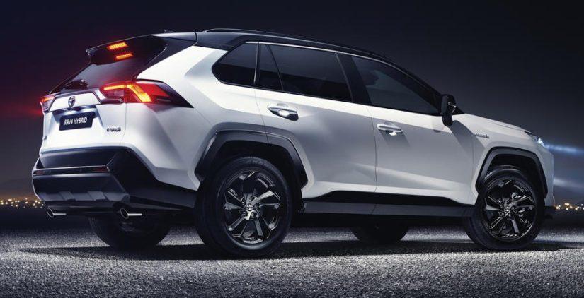 Toisena moottorivaihtoehtona tarjotaan hybridiä, joka koostuu 2,5-litraisen bensanelosen ja sähkömoottorin yhdistelmästä.