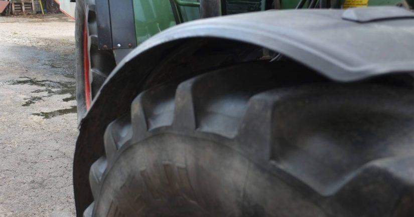 Vaimon käytössä ollut traktori kaatui ja hän jäi sen alle puristuksiin.