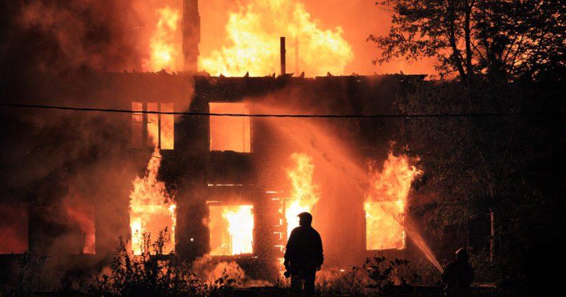 Vakuutusetsivä Christian Rönnbacka kertoo korvausten toivossa talojen polttamisen pitkästä historiasta Suomessa.