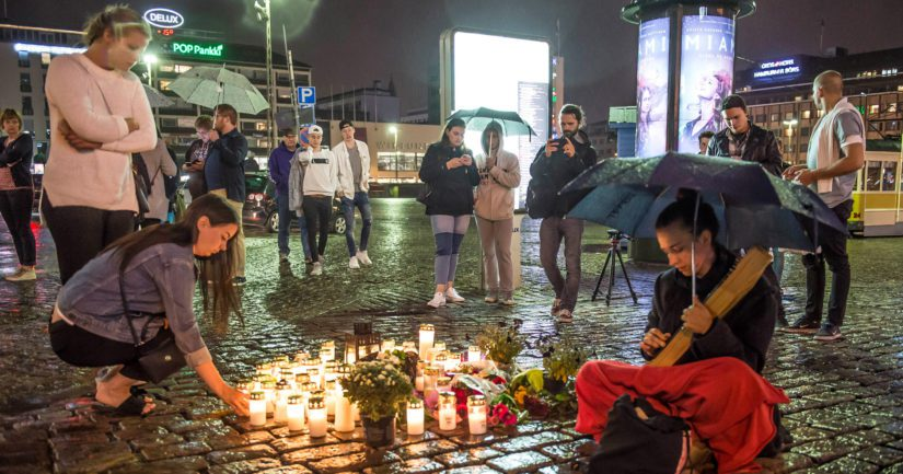 Turun Kauppatorilla hiljennyttiin järkyttävän tapauksenjohdosta ja sytytettiin kynttilöitä uhrien muistamiseksi.