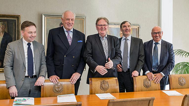 Turun yliopiston liikemieslahjoittajat vasemmalta alkaen Hannu Aaltonen, Heikki Vaiste, Heikki Salmela, Rauno Puolimatka ja Harri Lähteenmäki.