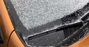 Mies repi ja katkoi tuulilasinpyyhkijöitä – myös auton kaikista renkaista päästettiin ilmat pois