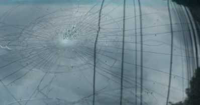 Pikkupojat heittelivät kivillä autojen tuulilaseja rikki – rikosilmoituksia vahingonteoista voi tulla lisää