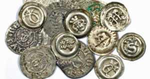 Kirkon viereen oli haudattu 1474 keskiaikaista hopearahaa – rahakätkön arvo oli aikanaan merkittävä