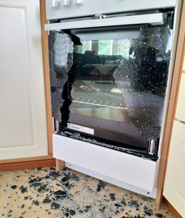 Onni onnettomuudessa oli, ettei lasin räjähtäessä kukaan ollut lieden edustalla tai sen välittömässä läheisyydessä.