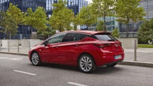 Uusi Astra päätti Kadettien aikakauden, se valittiin Vuoden autoksi 2016. (Kuva Opel)