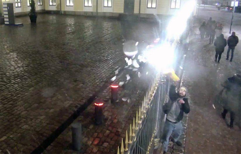Toistaiseksi tuntematon mies heilauttaa muovikassiaan ja rikkoo sillä pihalampun.