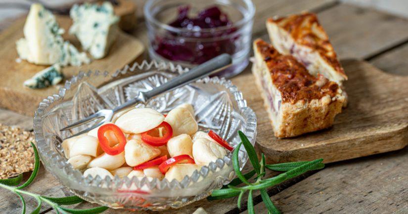 Hunajaiset valkosipulit on hauska ja maistuva lisäke.