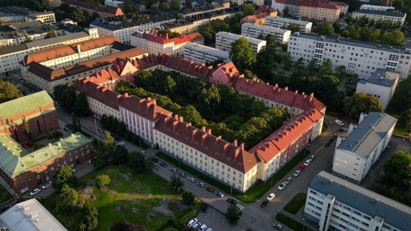 Työväen asuinalueeksi rakennettuun ja aina erityisen Vallilaan tutustutaan Arkkitehtuurimuseon oppaan johdolla.