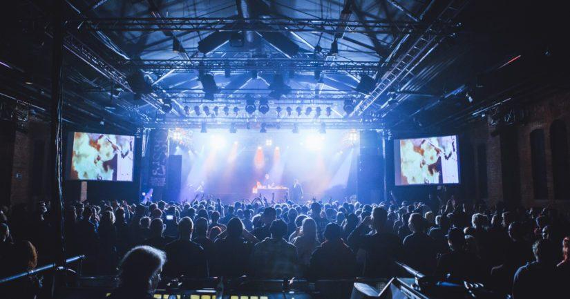 Yleisö tulee Valoa Festivalille näyttäytymisen sijaan nauttimaan hyvistä keikoista. (Kuva Petri Anttila)