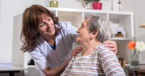 """Vanhustenhoidon hoitajamitoitusta ajetaan lakiin nyt monelta taholta – """"Hoitajamitoitukseen tulee laskea vain hoitajat"""""""