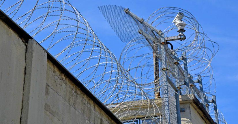 Vankien määrän vähentäminen ja rajoitukset auttavat ehkäisemään koronaviruksen leviämistä vankiloissa.