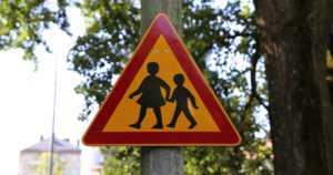 Auto töytäisi kahta koululaista suojatiellä – vastaantuleva kuljettaja varoitti, lapset tutkivat kännykkäänsä