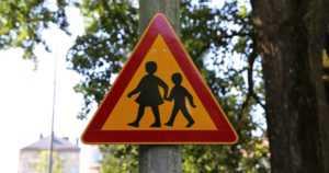 """Poliisi valvoo tehostetusti liikennettä koulujen lähistöillä – """"Kävele koulutie etukäteen yhdessä lapsen kanssa"""""""